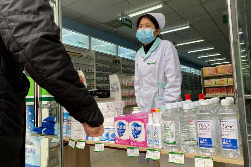 Φαρμακοποιός με μάσκα στο Πεκίνο
