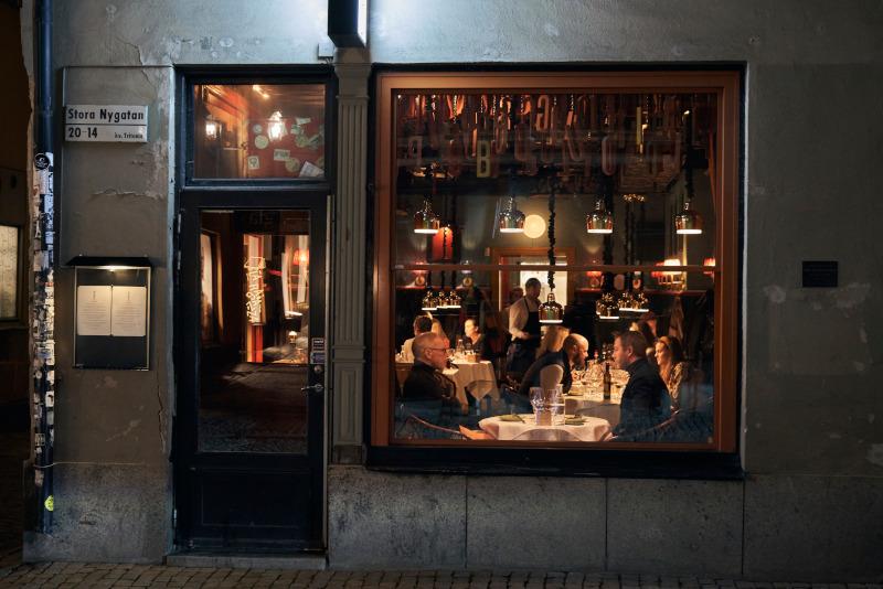 Γεμάτα τα μπαρ και τα εστιατόρια στις πόλεις της Σουηδίας