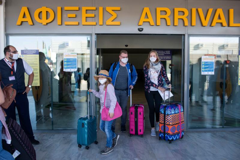 Τουρίστες σε αεροδρόμιο της Κρήτης