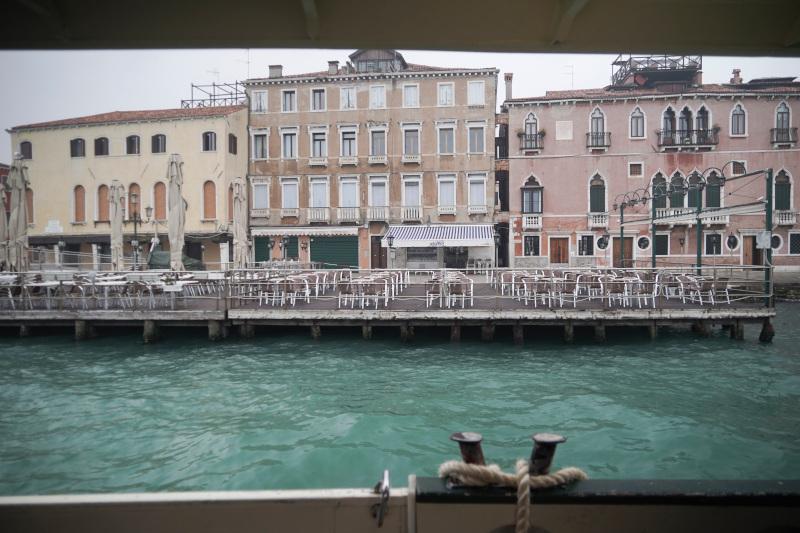 Άδεια τραπέζια στις καφετέριες της Βενετίας