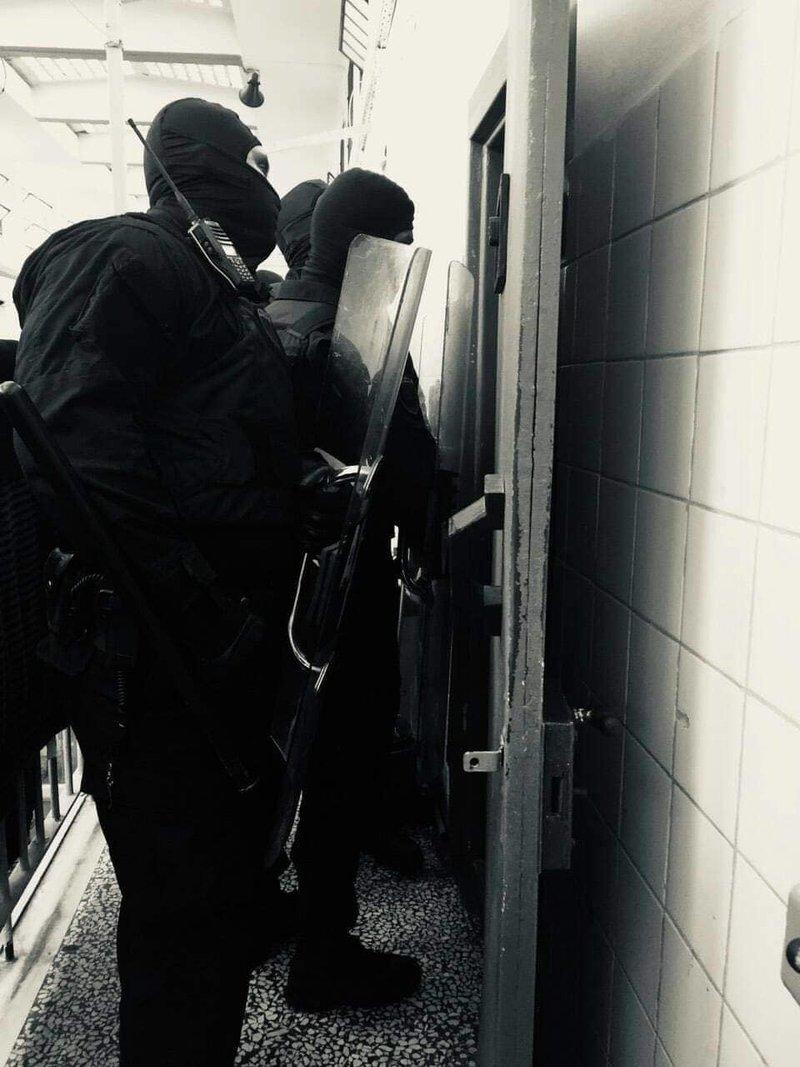 Η στιγμή που άνδρες της ΕΚΑΜ μπαίνουν στα κελιά του Κορυδαλλού