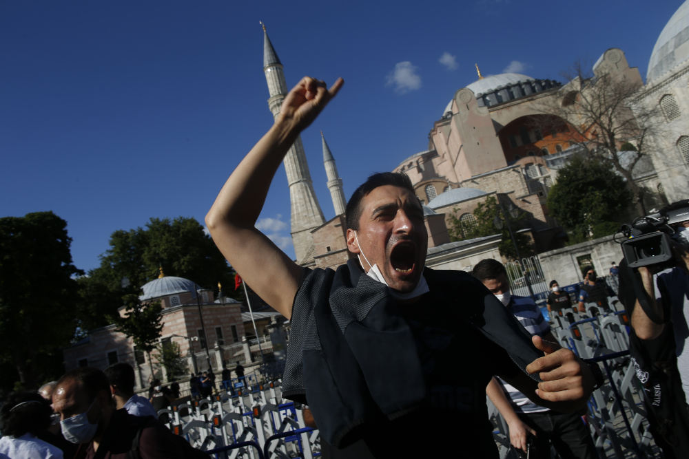 Τούρκοι πανηγυρίζουν για την μετατροπή της Αγιάς Σοφιάς σε τζαμί