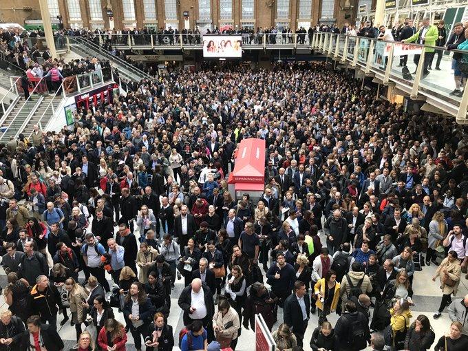 Εγκλωβισμένοι πολίτες στον σταθμός Liverpool Street που πλημμύρισε μετά την έντονη βροχόπτωση στο Λονδίνο