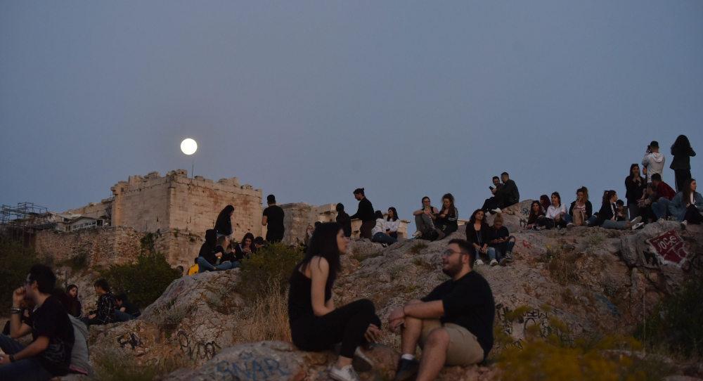Κόσμος στον βράχο της Ακρόπολης