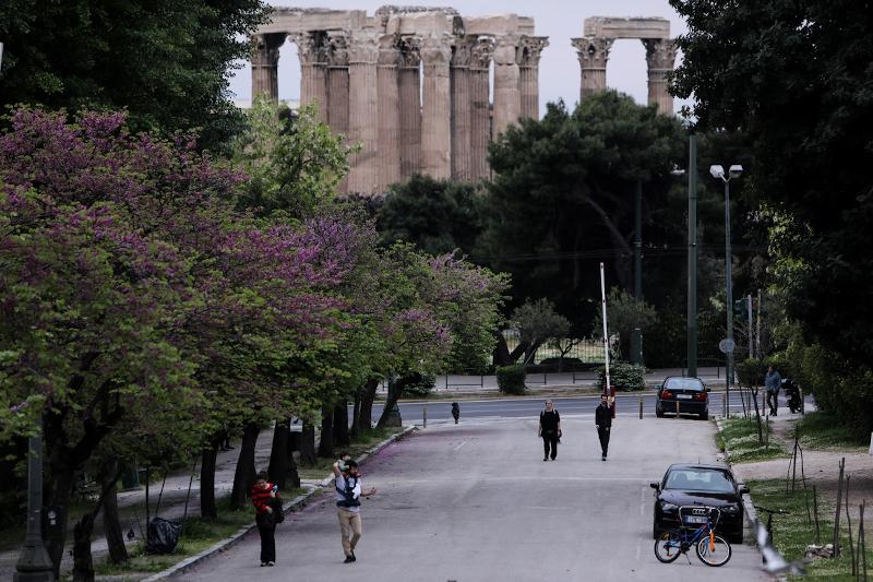 Κόσμος περπατά σε δρόμο της Αθήνας