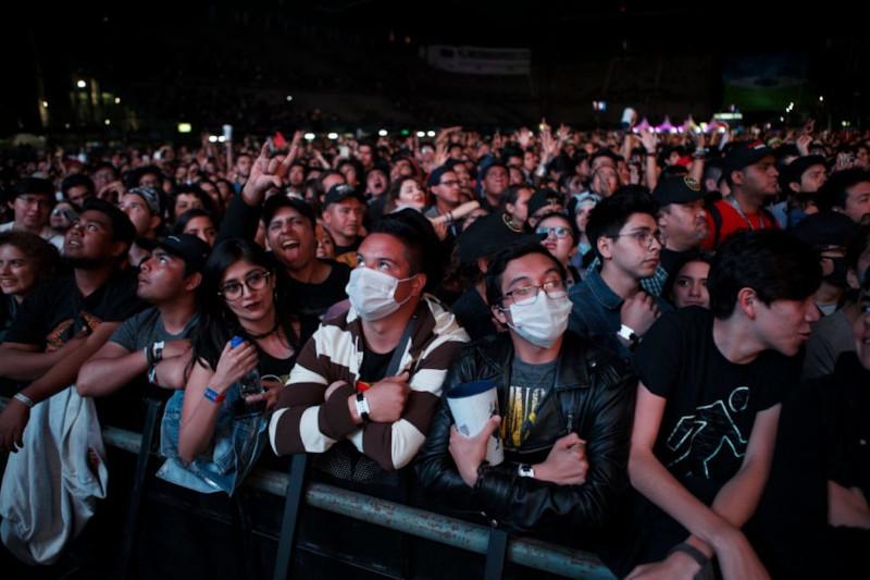 Ο κόσμος αγνόησε τις οδηγίες των ειδικών και πήγε στη συναυλία των Guns N' Roses