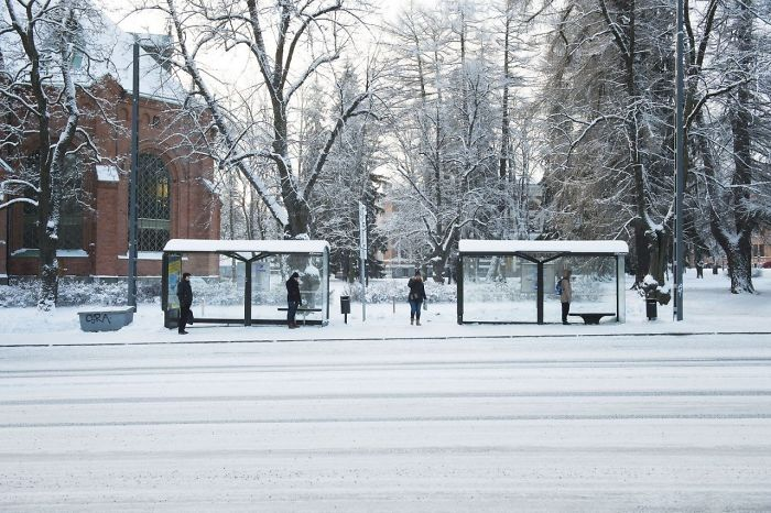 Ο κόσμος κρατά τις αποστάσεις περιμένοντας το λεωφορείο
