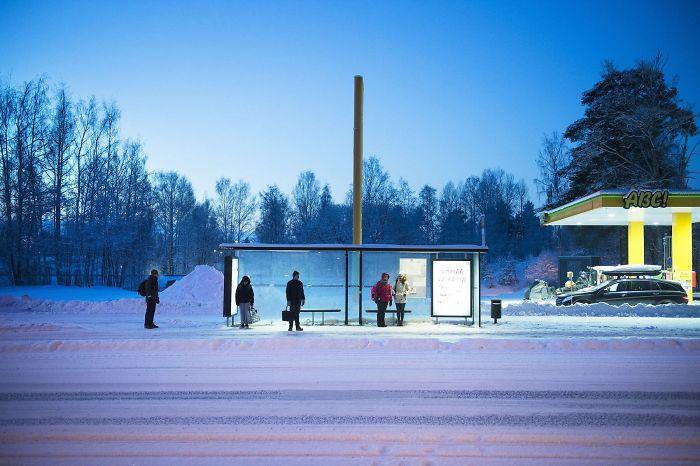 Οι Σκανδιναβοί «θέλουν την ησυχία τους» ακόμα κι όταν περιμένουν το λεωφορείο