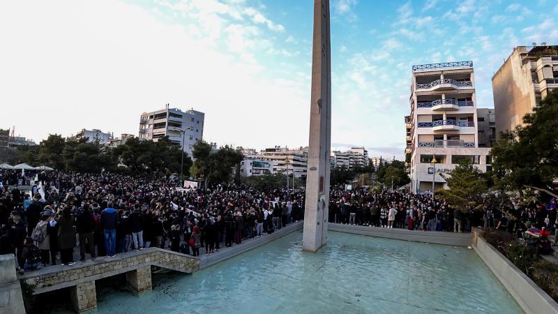 Πλήθος κόσμου συγκεντρώθηκε στην πλατεία Νέας Σμύρνης