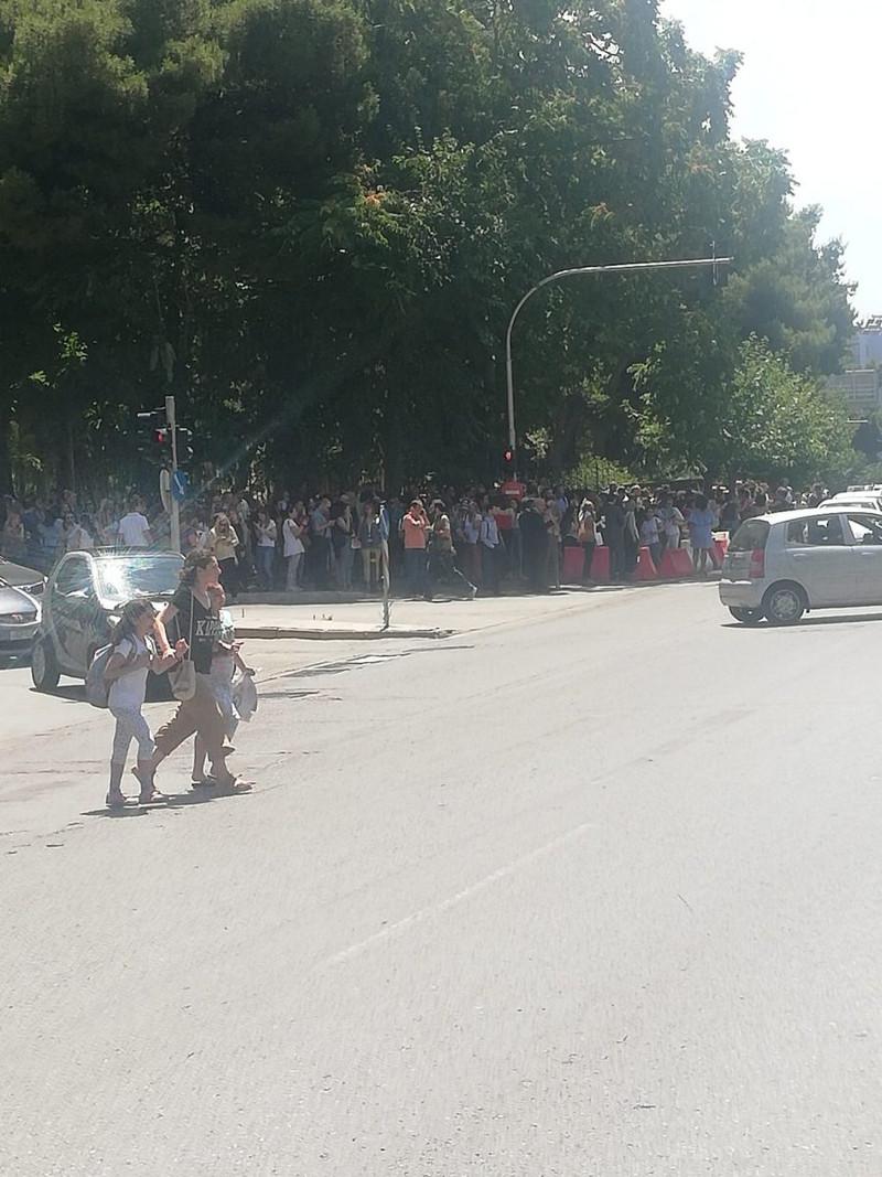 Κόσμος βγήκε στους δρόμους μετά τον σεισμό