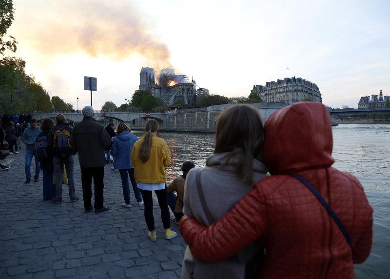 Κόσμος παρακολουθεί τη φωτιά στην Παναγία των Παρισίων