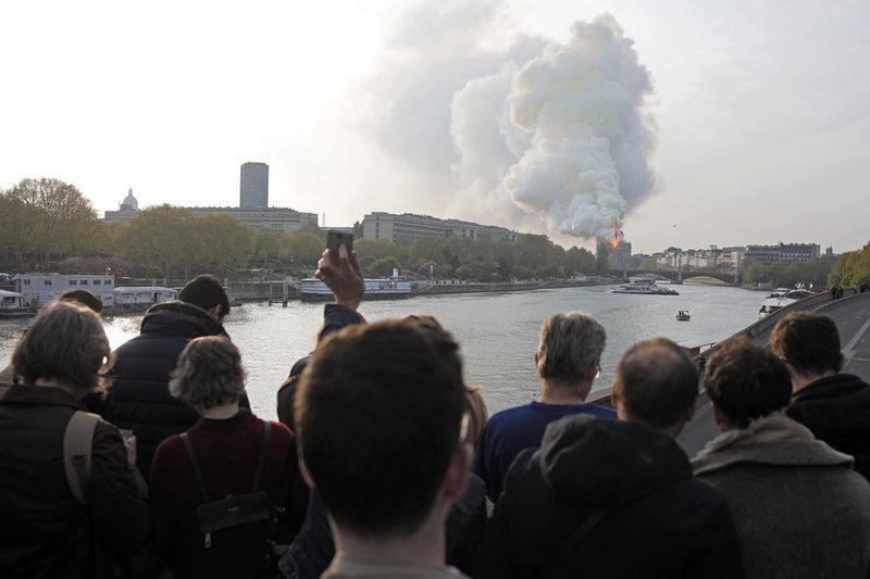 Κόσμος βλέπει τις φλόγες στην Παναγία των Παρισίων