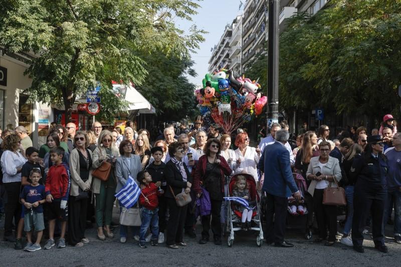 Κόσμος βλέπει τη μαθητική παρέλαση
