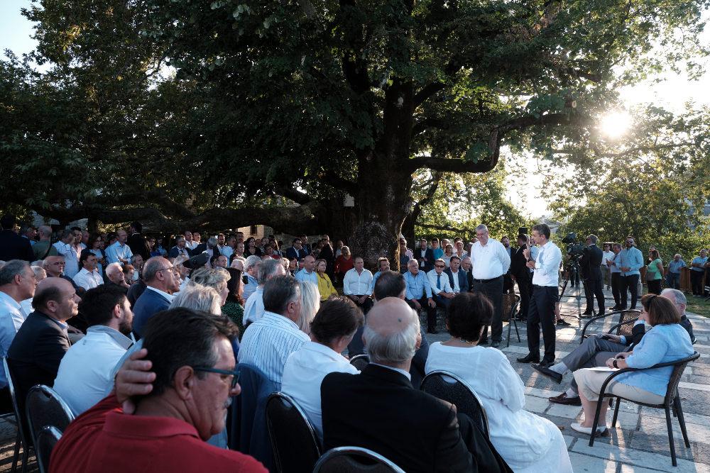 Ο Κυριάκος Μητσοτάκης στα Ιωάννινα συζητά με κατοίκους της περιοχής στα Ζαγοροχώρια / Φωτογραφία: Intime