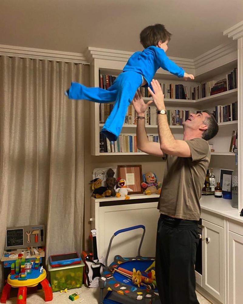 Ο Δήμαρχος Αθηναίων μένει σπίτι και παίζει με τον γιο του