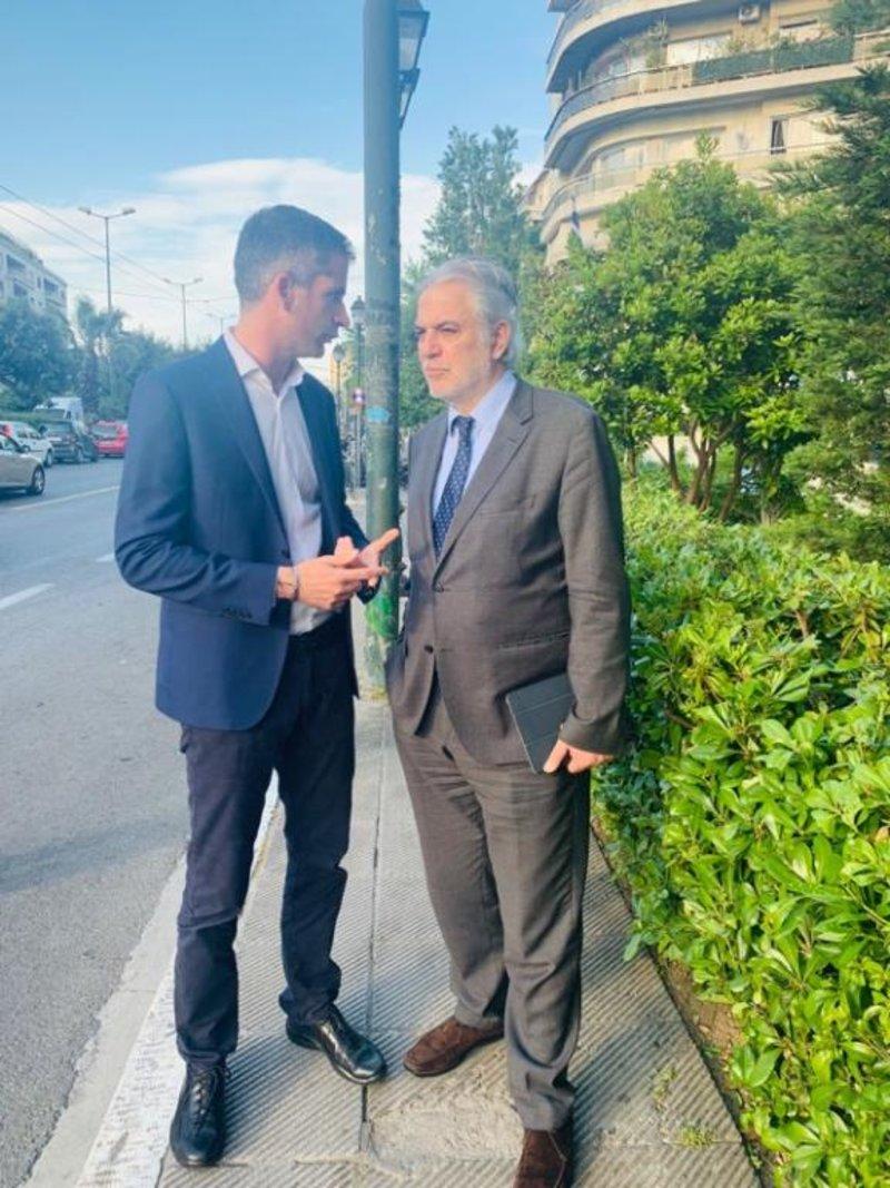 Ο Κώστας Μπακογιάννης και ο Χρήστος Στυλιανίδης κατά τον περίπατο που είχαν στην Αθήνα
