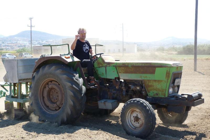 Ο Κώστας Σπυρόπουλος οδηγεί τρακτέρ