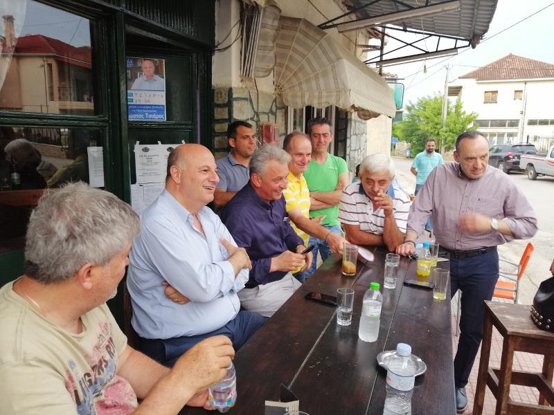 Συζήτηση σε καφενείο, σε φιλικό κλίμα
