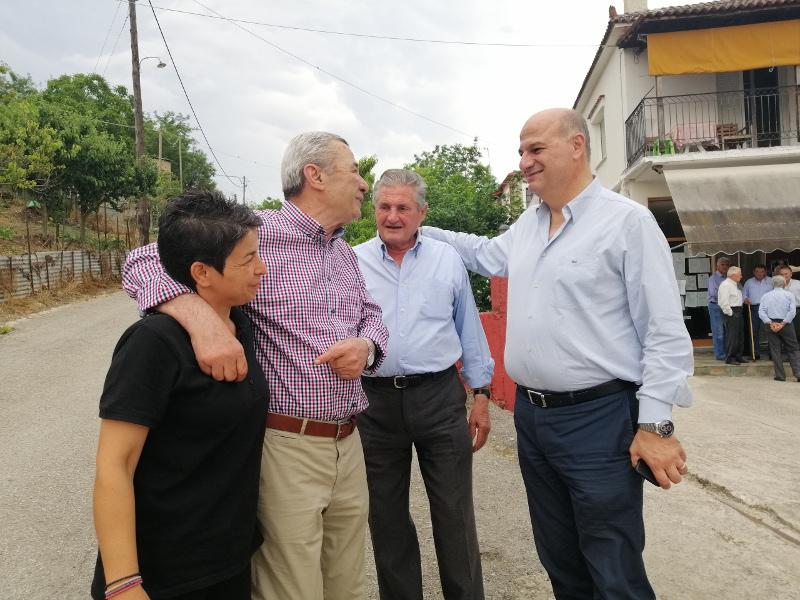 Ο Κώστας Τσιάρας (δεξιά) συνομιλεί με κατοίκους χωριών του νομού Καρδίτσας