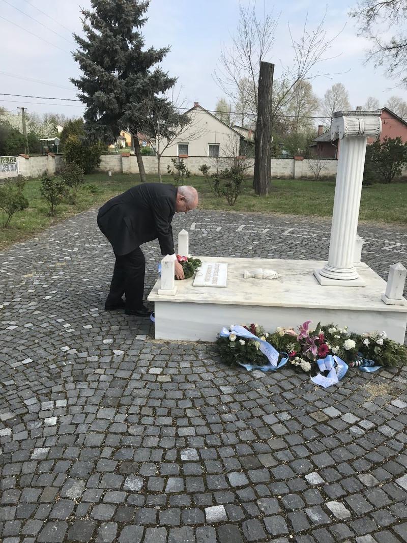 Ο Τέρενς Κουίκ καταθέτει στεφάνι στο μνημείο για τον Νίκο Μπελογιάννη