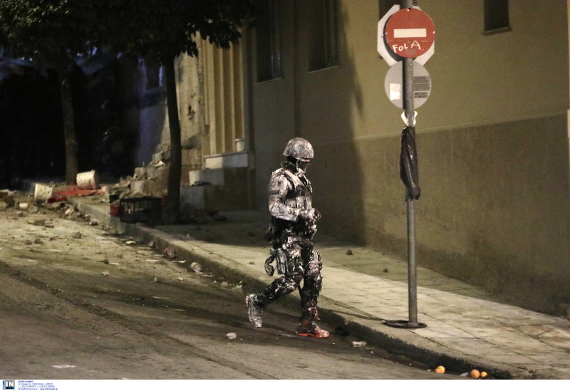 Αστυνομικός της ΕΚΑΜ μέσα στις μπογιές και στη σκόνη κατά την επιχείρηση της ΕΛ.ΑΣ. στο κτίριο της οδού Ματρόζου στο Κουκάκι