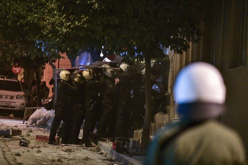 Αστυνομικοί με ασπίδες στα κεφάλια μπαίνουν στην κατάληψη της οδού Ματρόζου στο Κουκάκι