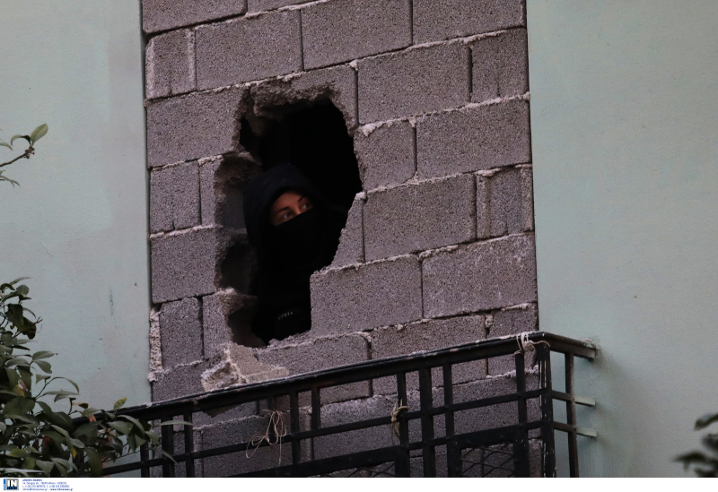 Οι αντιεξουσιαστές έσπασαν τους τσιμεντόλιθους και μπήκαν στο κτίριο της οδού Ματρόζου στο Κουκάκι