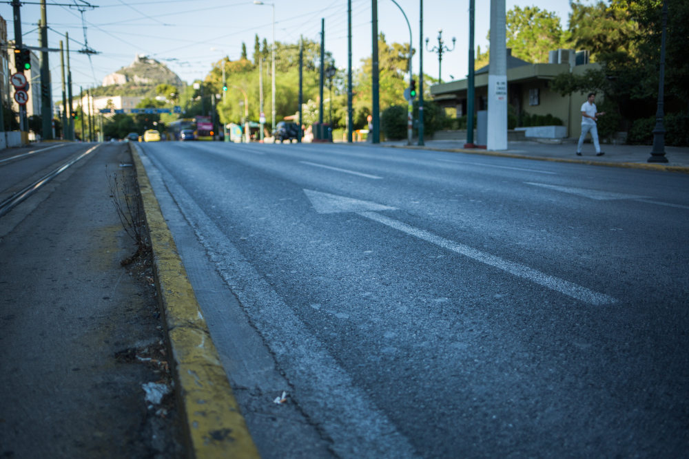 Στο κέντρο της Αθήνας ελάχιστα ήταν τα αυτοκίνητα που κυκλοφορούσαν ανήμερα της Καθαράς Δευτέρας