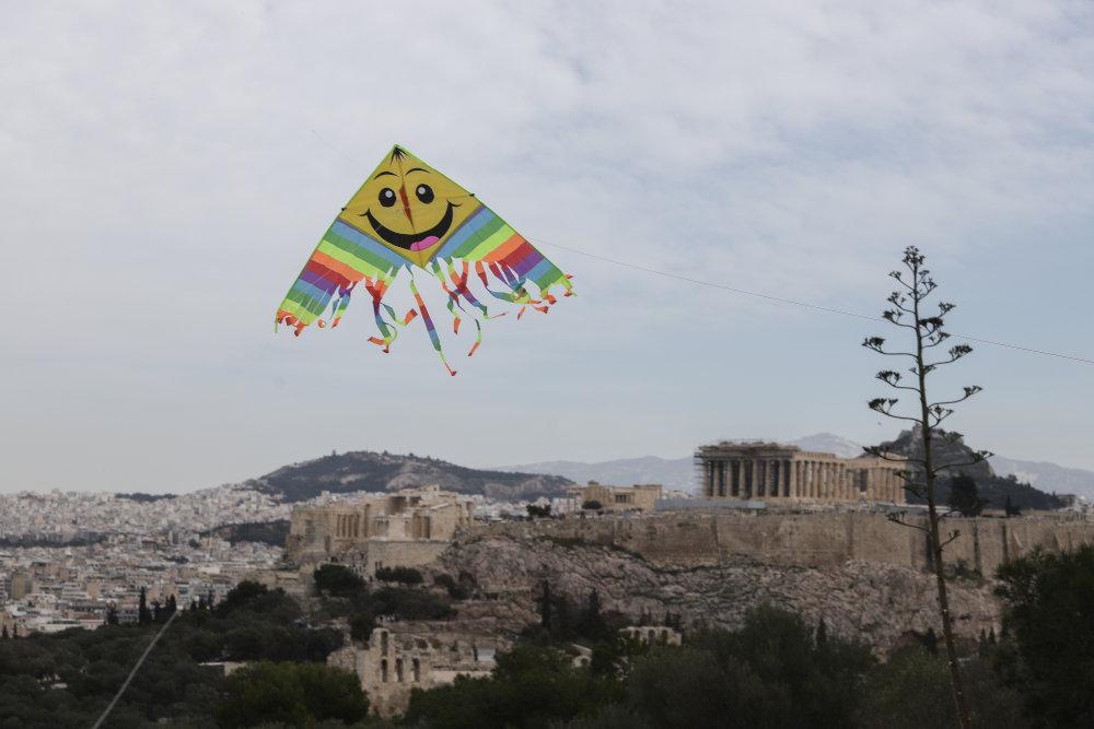 Χαρταετός με φόντο τον βράχο της Ακρόπολης και τον Παρθενώνα