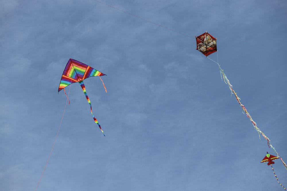 Πριν ο ουρανός συννεφιάσει, δεκάδες χαρταετοί βρέθηκαν στον ουρανό κοντά στην Ακρόπολη
