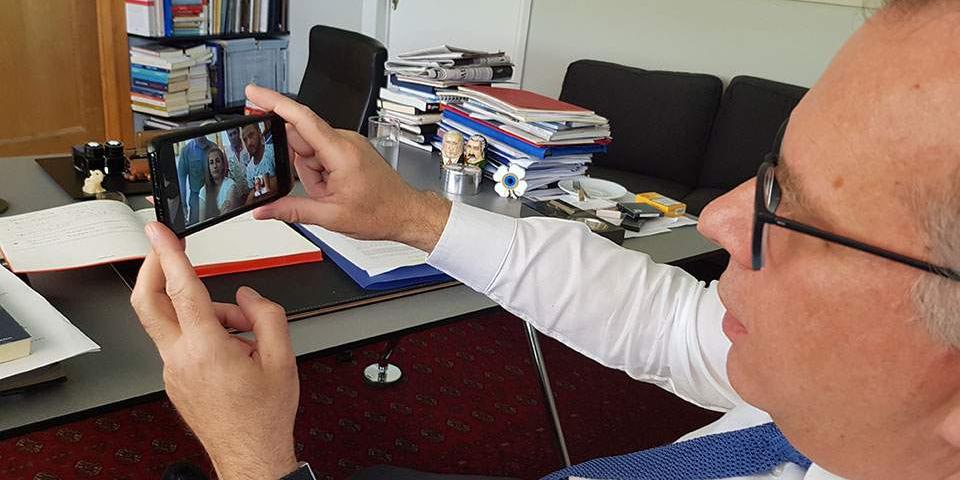 Ο Γιώργος Κουμουτσάκος συνομιλεί με τους νεόνυμφο ζευγάρι Κούρδων από το Αφρίν