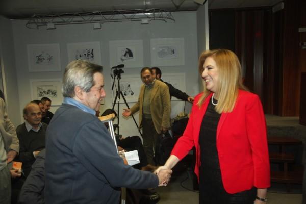 Ο Πέτρος Κουναλάκης χαιρετά την Φώφη Γεννηματά