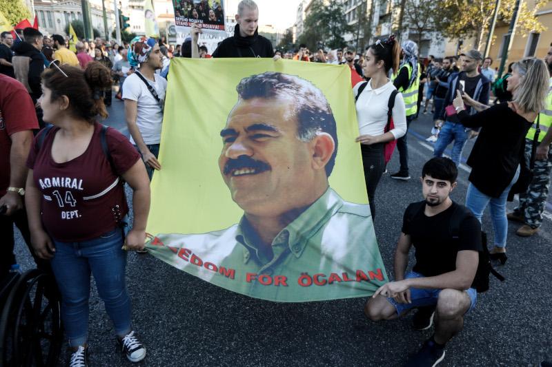 Κρατώντας πανό με την εικόνα του Οτσαλάν, πάνω από 1.000 Κούρδοι διαμαρτύρονται για τις τουρκικές επιθέσεις στην Συρία