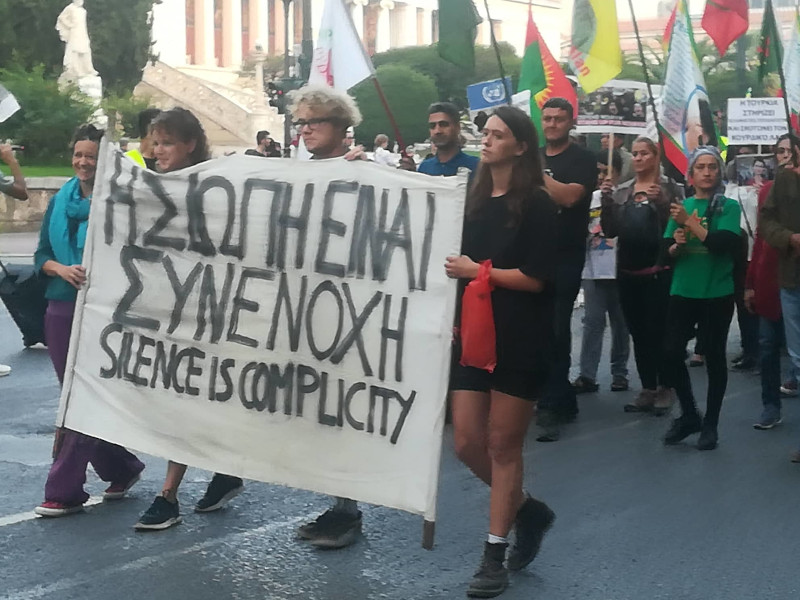 Σήκωσαν πανό που έγραφαν, «η σιωπή είναι συνενοχή»