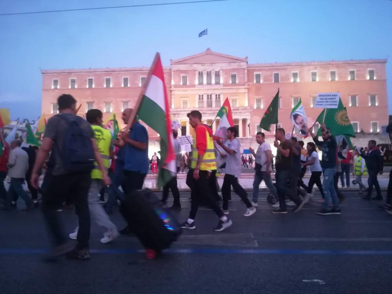 Οι διαδηλωτές φώναξαν συνθήματα περνώντας έξω από τη Βουλή