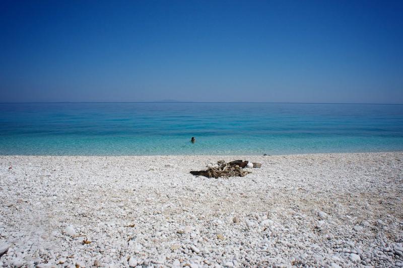Λευκό βότσαλο και γαλάζια νερά