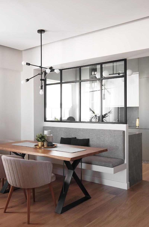 Μαύρο παράθυρο χωρίζει την κουζίνα από την τραπεζαρία