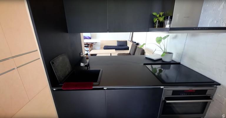 Η κουζίνα στο μικροσκοπικό σπίτι φοιτητή