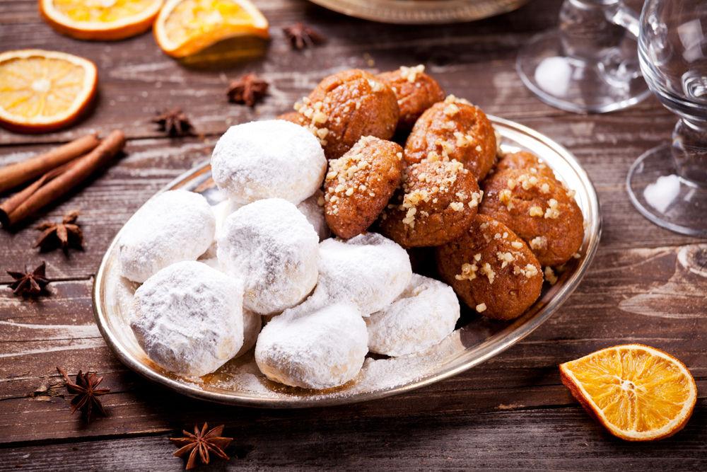 Τα πιο παραδοσιακά γλυκά των Χριστουγέννων, οι κουραμπιέδες και τα μελομακάρονα