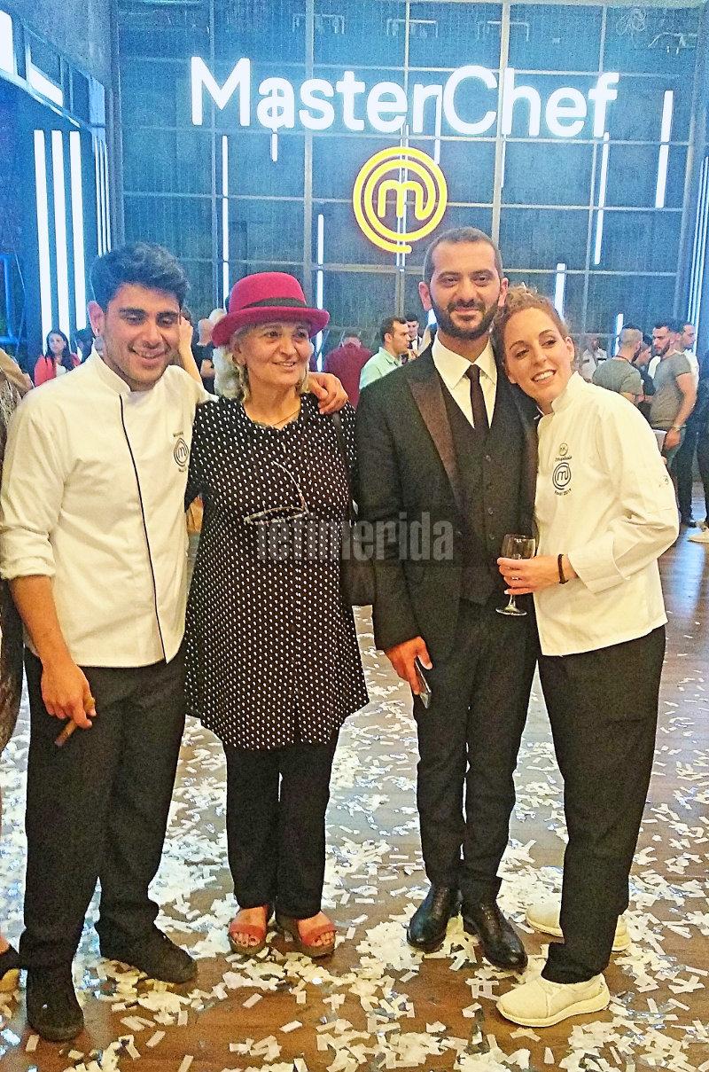 Ο Λεωνίδας Κουτσόπουλος με τη μητέρα του και τους δύο φιναλίστ
