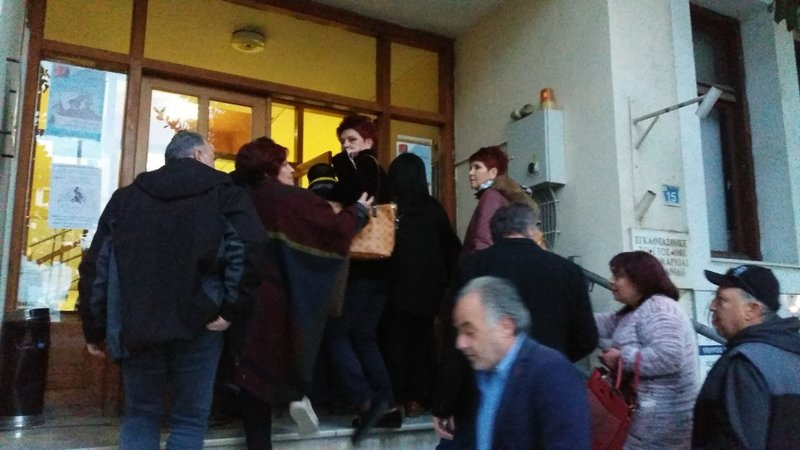 Στελέχη του ΣΥΡΙΖΑ μπαίνουν στο δημαρχείο Εορδαίας υπό αποδοκιμασίες συγκεντρωθέντων πολιτών -Φωτογραφία: kozan.gr