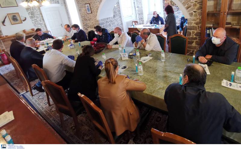 Στιγμιότυπο από τη σύσκεψη στο Κρανίδι, υπό τον Νίκο Χαρδαλιά