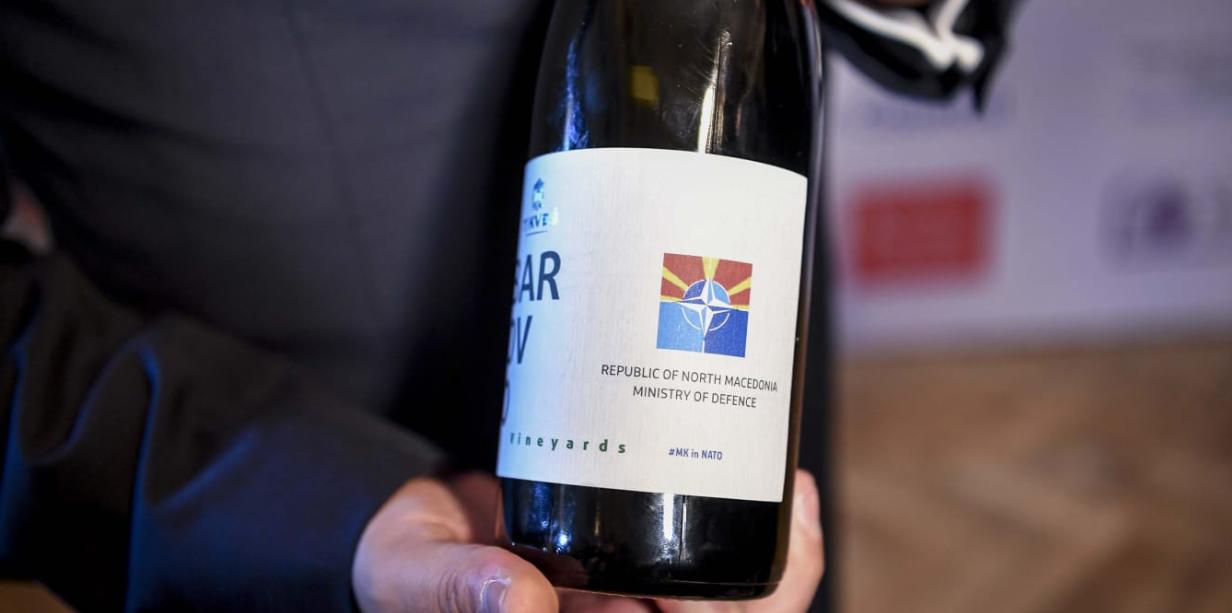 Η ετικέτα του κρασιού που δώρισε ο Ζάεφ στον Στόλτενμπεργκ