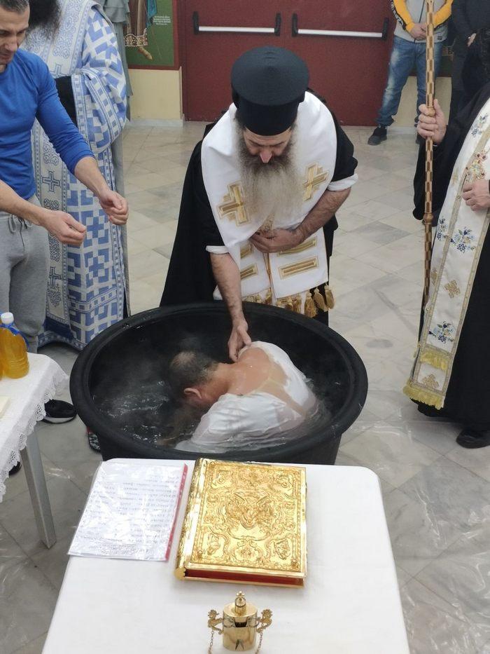 Μητροπολίτης βαπτίζει κρατούμενο σε κολυμπήθρα