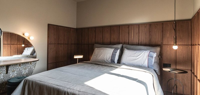 Ενα κρεβάτι και ένα ξύλινο πλαίσιο στον τοίχο