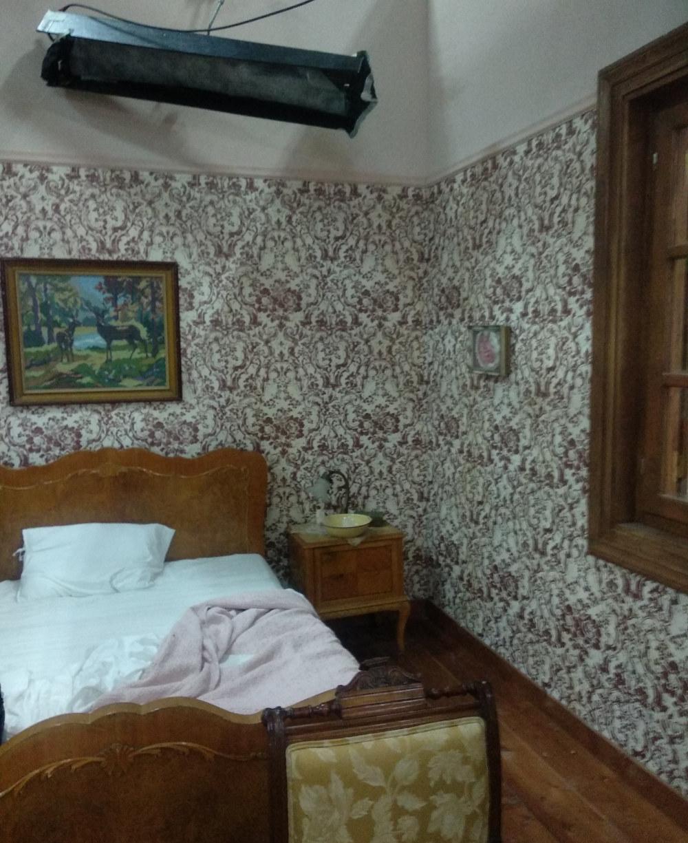 Ξέστρωτη η κρεβατοκάμαρα της Μυρσίνας και του Δούκα Σεβαστού, όσο δεν γίνονται γυρίσματα στο σκηνικό
