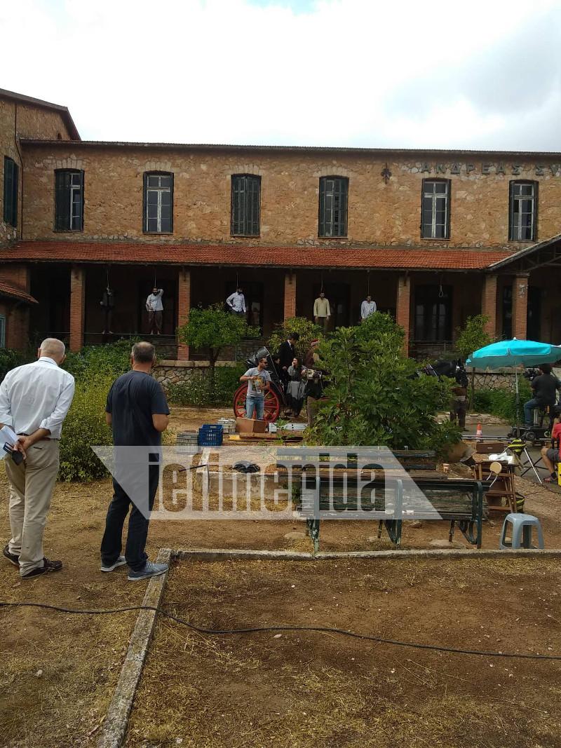 Οι ηθοποιοί της σειράς έμειναν επί ώρες ολόκληροι κρεμασμένοι στο μπαλκόνι του κτιρίου του γηροκομείου για της ανάγκες των γυρισμάτων