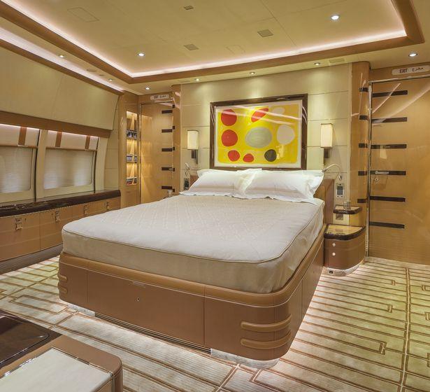 Το τεράστιο αεροσκάφος διαθέτει υπνοδωμάτιο με ιδιωτικό μπάνιο και διπλό κρεβάτ