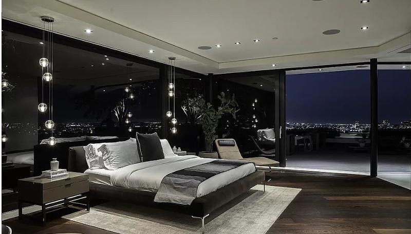 Η κρεβατοκάμαρα με το ξύλινο πάτωμα και τα μίνιμαλ έπιπλα