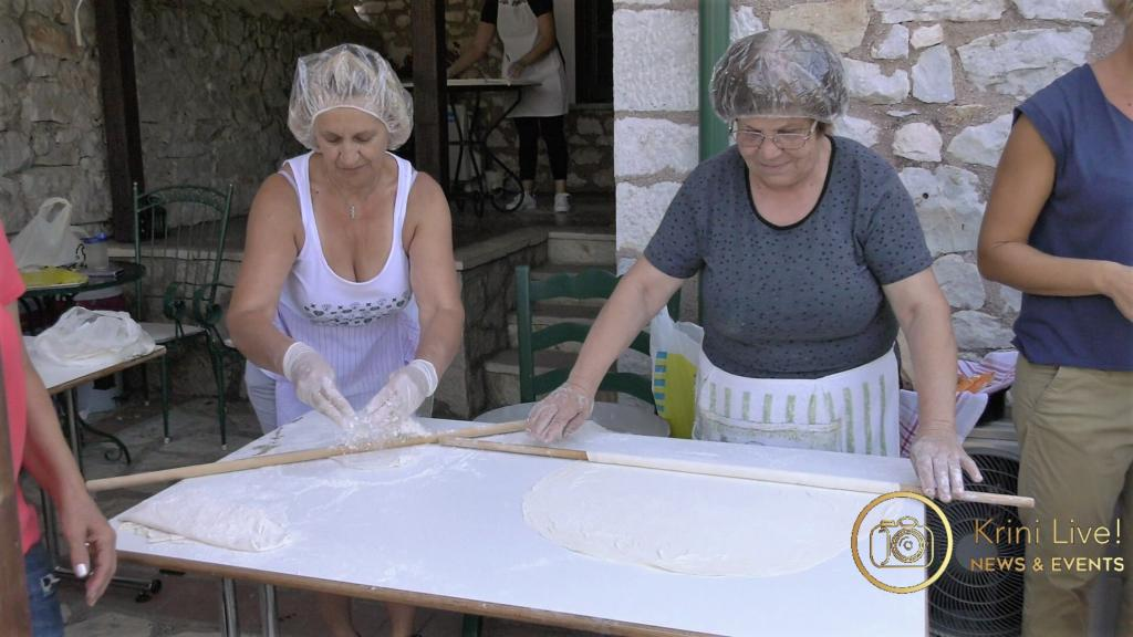 Οι νοικοκυρές ανοίγουν το φύλλο για την πίτα